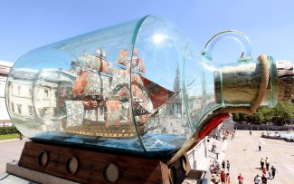 Nelson's ship in a bottle, Trafalgar Square (Londres). https://www.roughguides.com/wp-content/uploads/2012/06/100367230-1680x1050.jpg