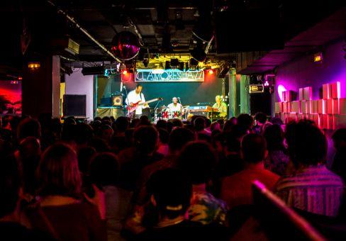 El trio del etíope Hailu Mergia, durante su concierto en Sala Clamores, de Madrid, el pasado domingo 28 de Mayo de 2017 . Fotografía de Sebastián Ruiz-Cabrera / Wiriko.