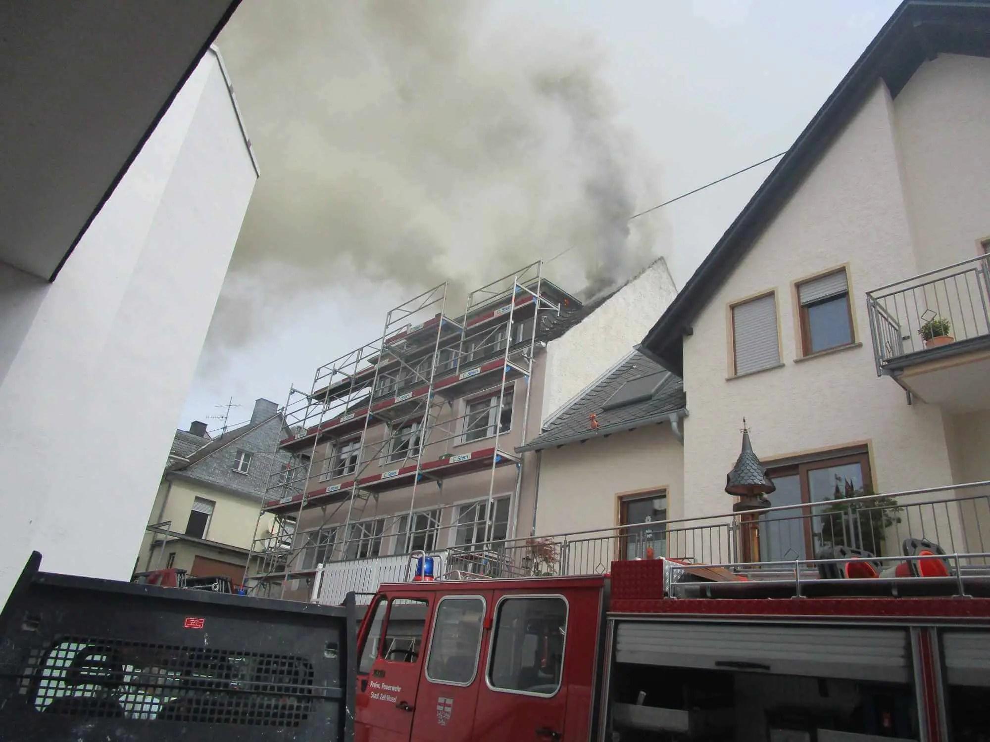 Dachstuhlbrand – 2 Feuerwehrleute verletzt