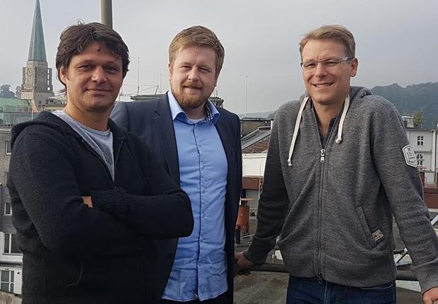 Von links: Uwe Fuchs (1. Vorsitzender Bielefeld United (BiU)), Moritz Lippa (Geschäftsführung IfB OWL), Karsten Bremke (2. Vorsitzender BiU) (Foto: Initiative für Beschäftigung OWL e. V.)
