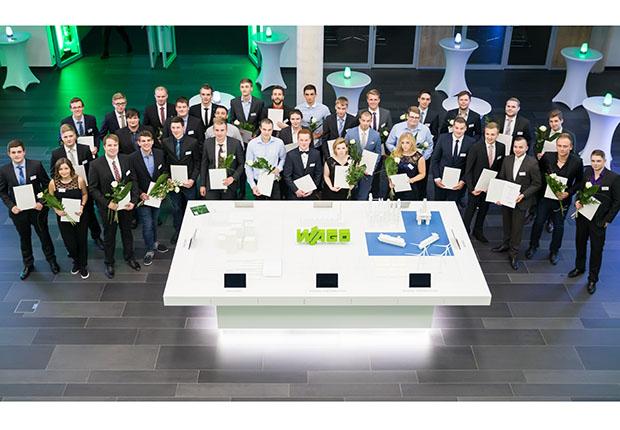 Die Absolventen erhalten den Förderpreis der WAGO-Stiftung