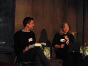 Denis Abrahams übernahm den deutschen Part, Autorin Julie Kagawa las aus dem Original.