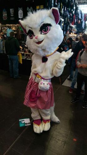 Eins der vielen originellen Kostüme in Halle 1 - Katzenohren tauchten häufiger auf