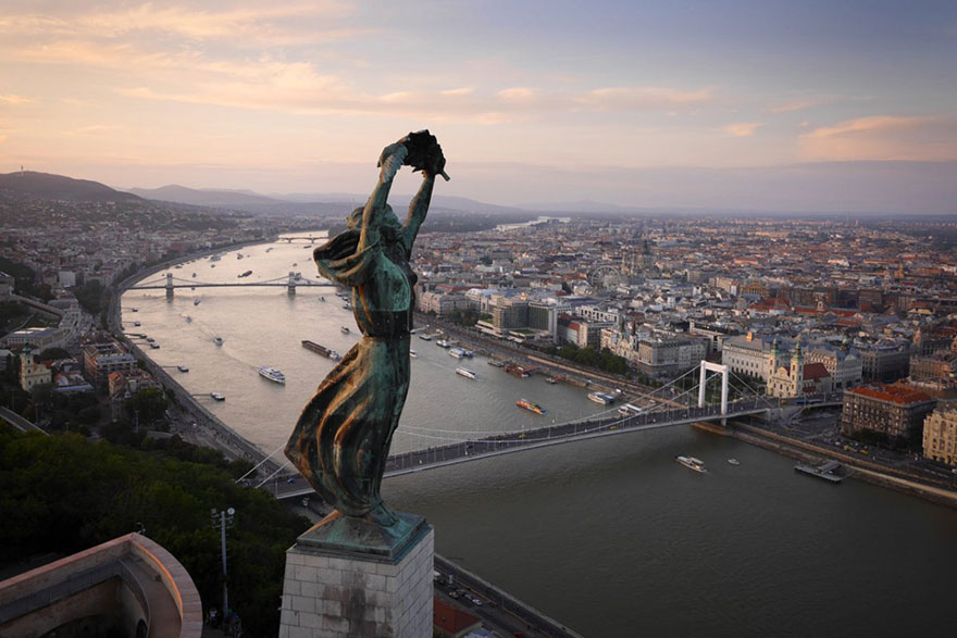 La statue de la liberté (Budapest) Photo : Amos Chapple