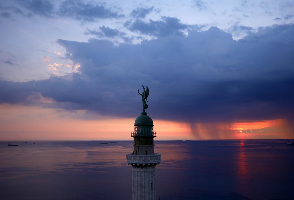 La Phare de la Victoire surplombant le Golfe de Trieste (Italie) Photo : Amos Chapple