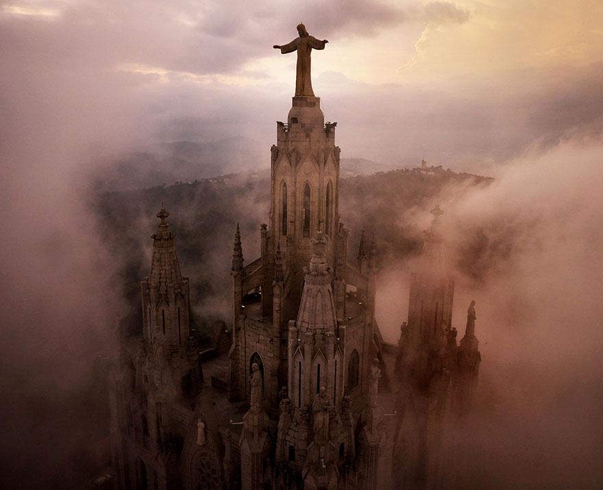 Nuages autour des piliers de l'Eglise du Sacré-Cœur (Barcelone) Photo : Amos Chapple