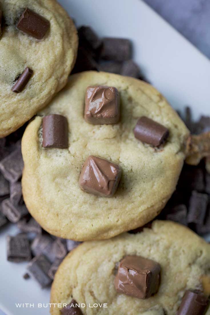 Snickers Chocolate Chunk Cookies || www.withbutterandlove.com