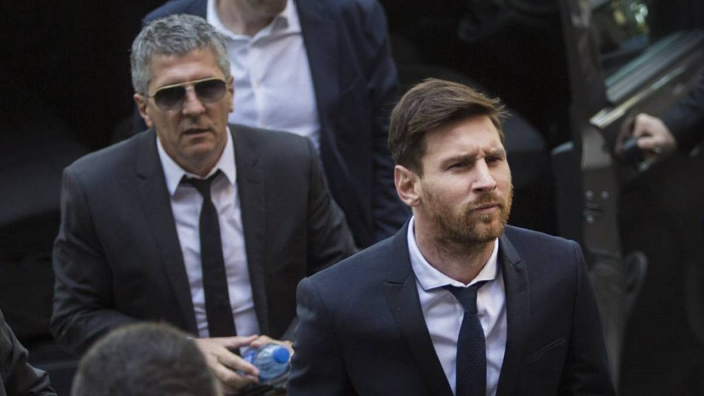 Messi arrives in UK, begins negotiations with Man City