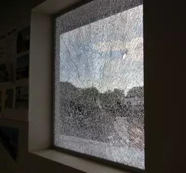 finestra-con-vetro-rotto