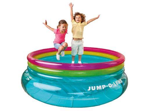 vertido Brincolin redondo inflable y tiene una medida de 2.03 de diámetro x 69 centímetros, este centro de juegos y saltador está fabricado con PVC transparente, de color azul y con anillos de color rosa, amarillo y azul, se aconseja que sea utilizado por un máximo de 2 niños, de 3 a 6 años, y que no superen los 54 kg de peso - simplemente inflar con bomba y disfrutar de la diversión! (intex 48267)