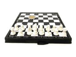 Ajedrez presentacion en caja 11.5 x 6.4 x 2 cm con tablero plegable de metal que abierto mide 11.5 x 12 x .9 cm y 32 piezas con imán de polímero blanco y negro