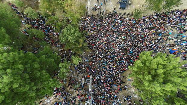 Luftaufnahme aus einer Drohne mit Blick auf Flüchtlinge, die einen Grenzübergang zwischen Griechenland und Mazedonien passieren. Quelle: dpa