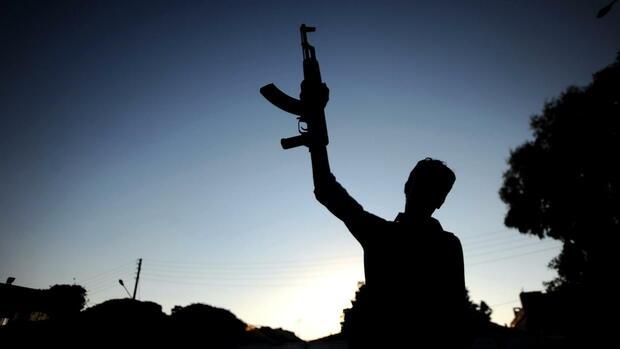 Ein syrischer Rebell mit einer Waffe (Symbolbild) Quelle: dpa