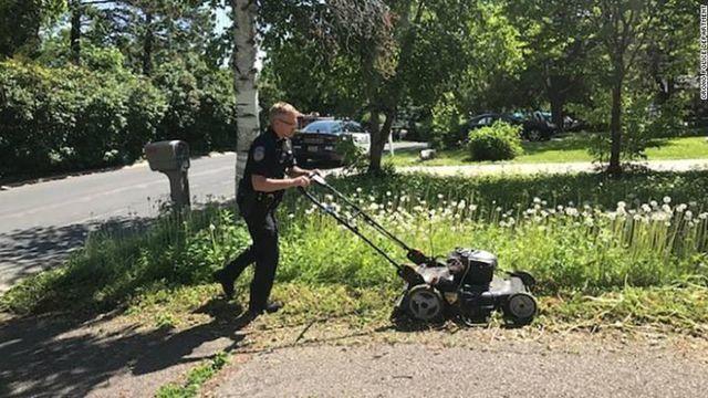 Minnesota officer mowing elderly woman's lawn_1560109104375.jpg_91445448_ver1.0_640_360_1560112608437.jpg.jpg
