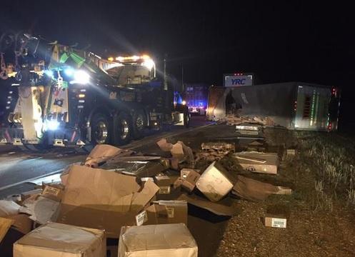 semi truck overturns_21172