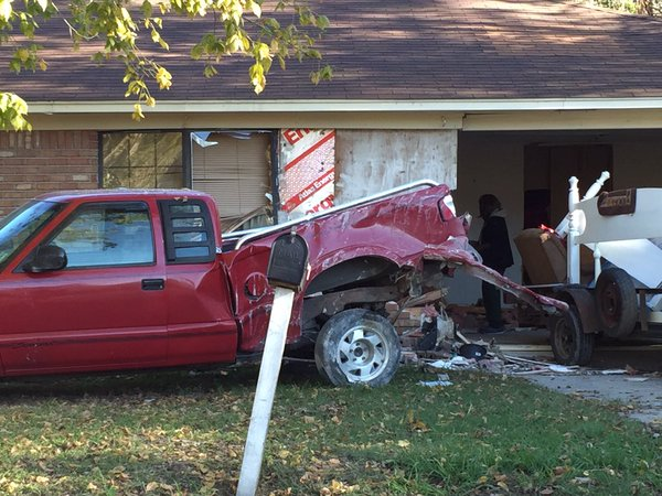 man hits house in Vicksburg_99437