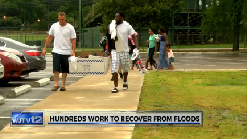 Hundreds work to recover from floods_204603