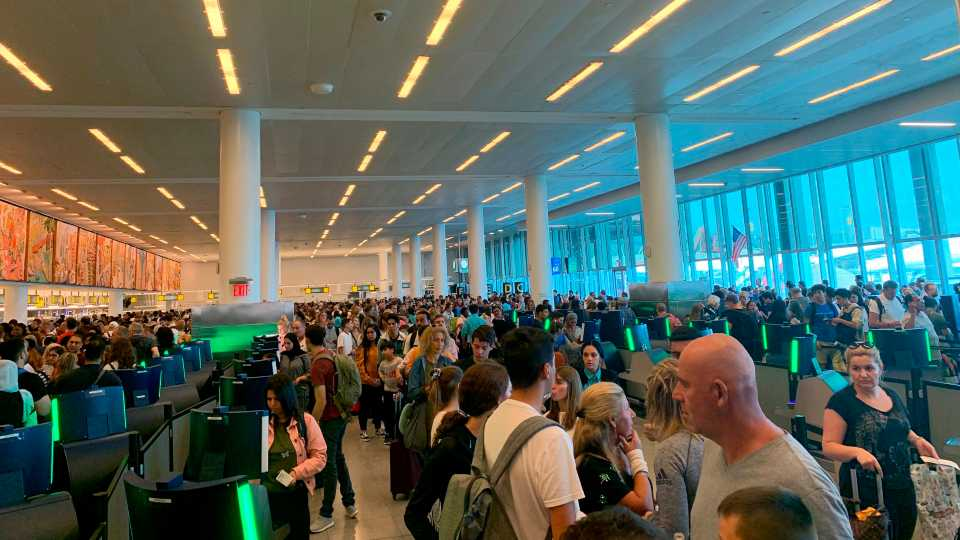 Outage creates long customs lines at airports