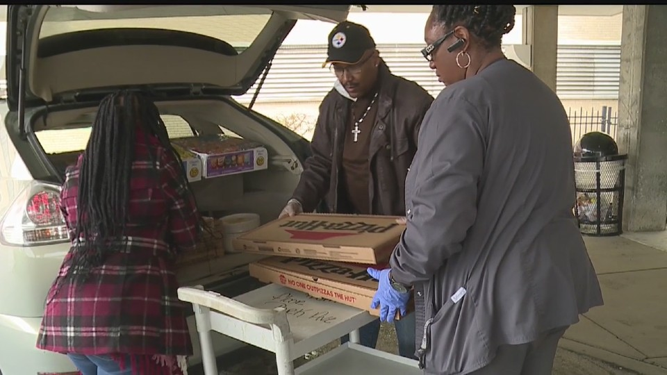 Organization passes out pizza at Mercy Health Youngstown