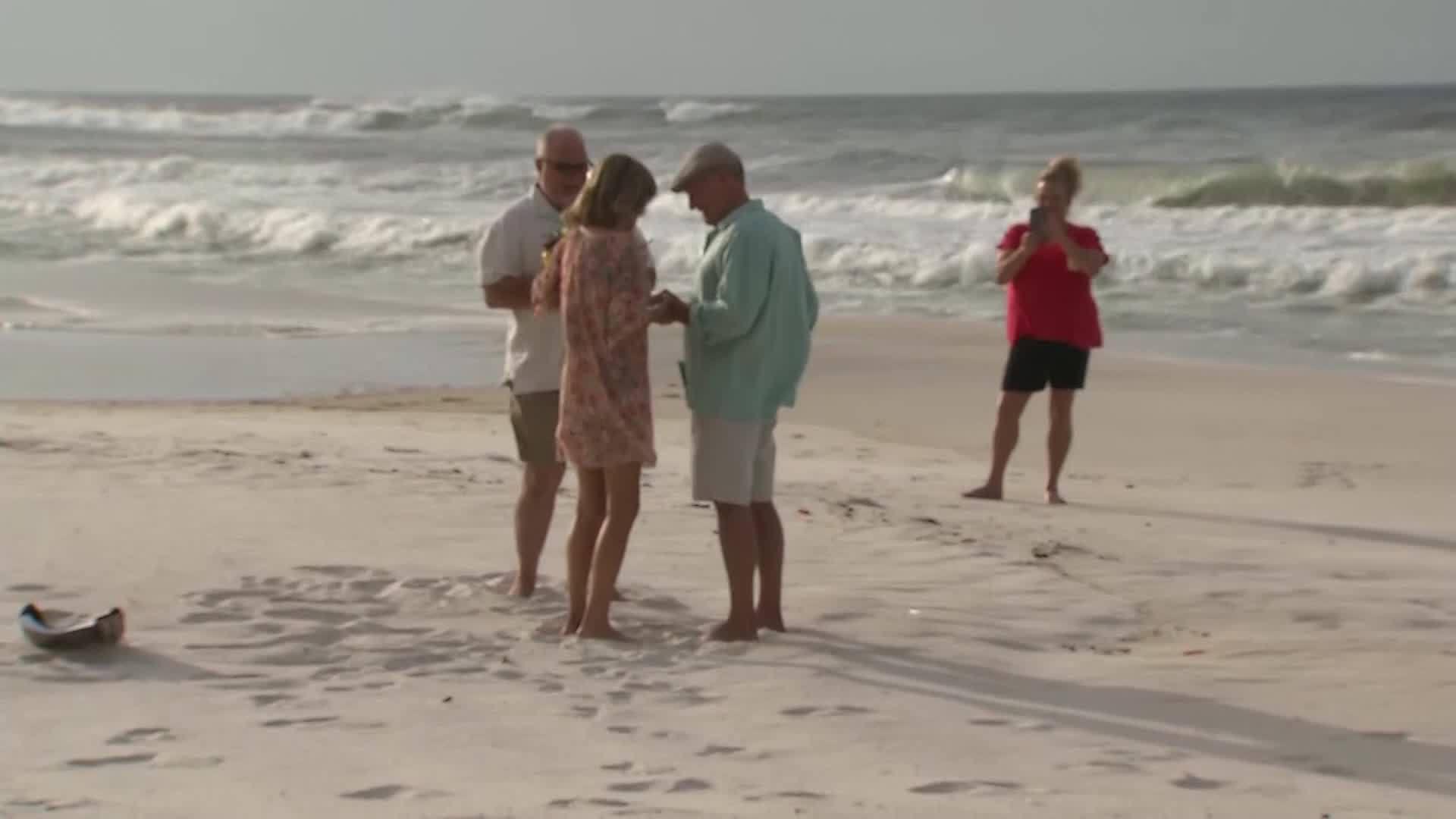 Couple_marries_on_the_beach_before_Hurri_0_20181010034216