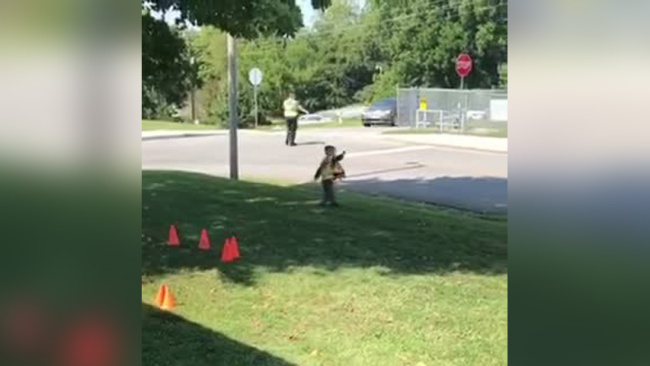 East Tenn. boy helps direct traffic, forms bond with police officer_446106