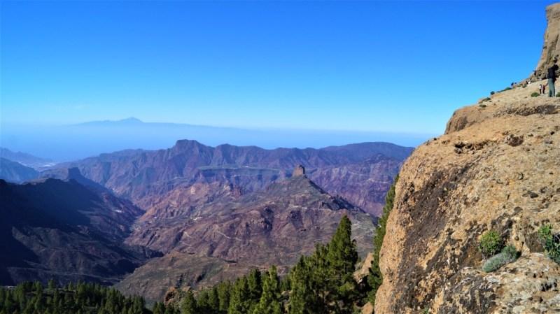 Blick auf den Roque Bentayga, im Hintergrund der Teide auf Teneriffa