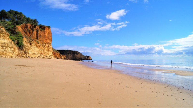 Am goldenen Sandstrand spazieren gehen