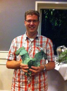 Voorziter Maarten Zijdel van Stichting Speel-o-theek Wobbel in Bunnik heeft de wisselprijs de Bronzen uil in ontvangst genomen namens het vrijwilligersteam van Wobbel.