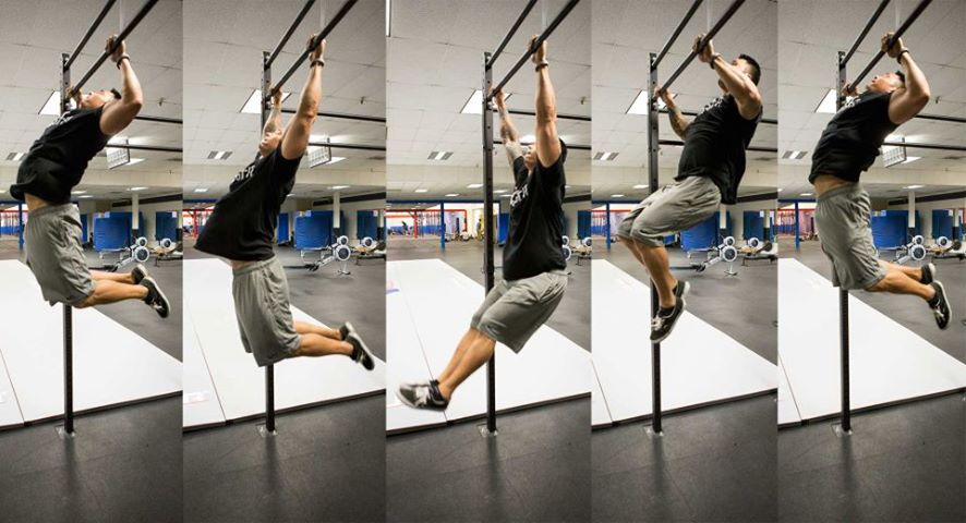 un crossfitteur execute un pull-up papillon