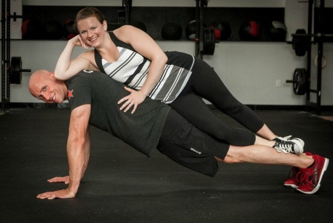 un couple pratique le CrossFit ®* ensemble