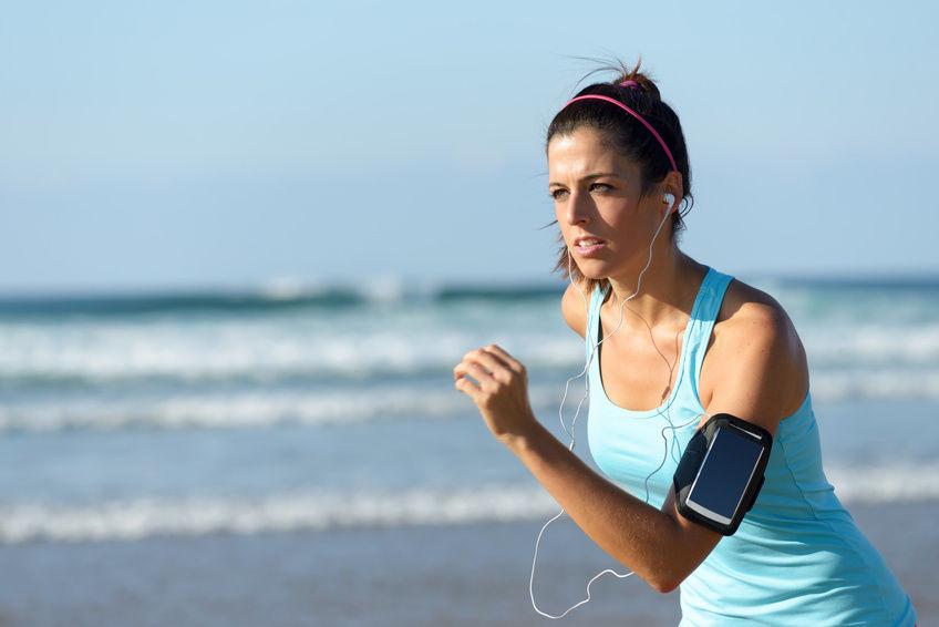 Jeune femme en train de faire un jogging en écoutant de la musique