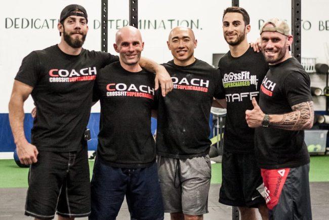 Une equipe souriante de coaches de crossfit