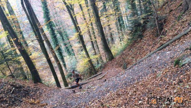 Un crossfitteur s'entraine dans une colline