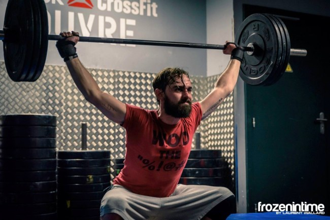 Un crossfitteur en plein effort