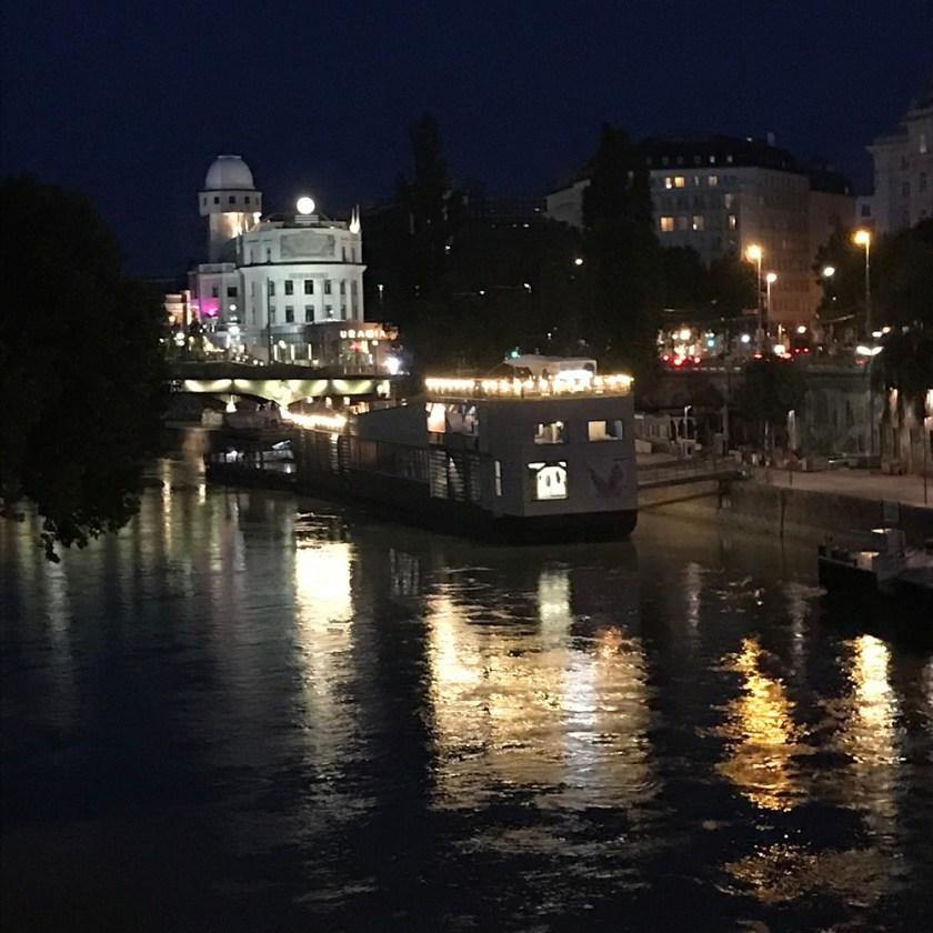 Blick von der Schwedenbrücke zur Urania