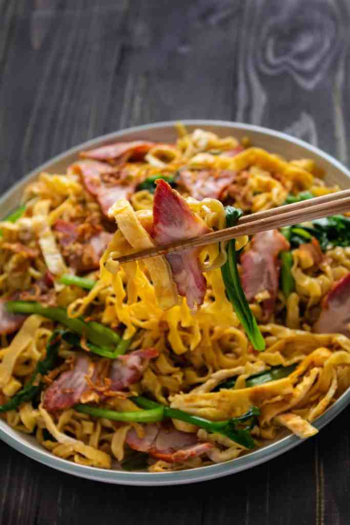 Easy BBQ Pork Lo Mein - If you've never had Lo Mein, try this EASY recipe that comes together in 30 minutes! Flavourful noodles, sweet and salty bbq pork and crunchy vegetables, it's sure to be any party hit!