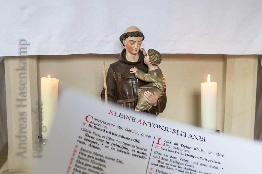 """Die gestiftete Figur des Antonius mit Kind und die """"Kleine Antoniuslitanei"""" in der Kapelle. Fotos/Montage: anh."""