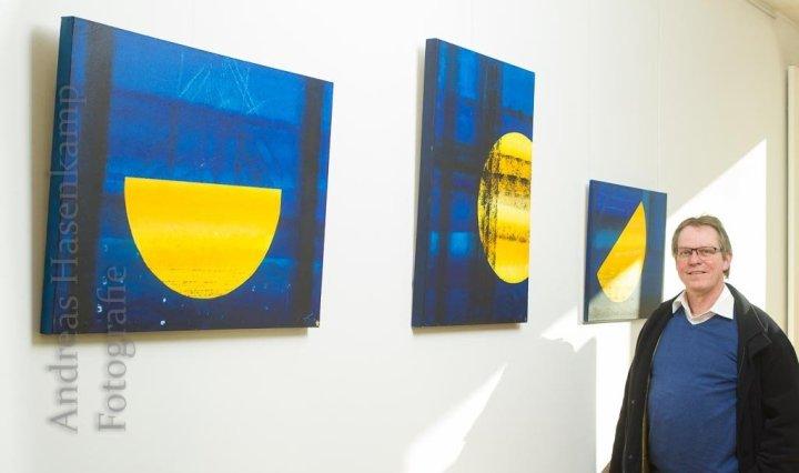 """Nicht alle konkret: Thomas Schulz neben seinen Werken """"Sonnenboot"""" und """"Sonne durchkreuzt"""".  Foto: A. Hasenkamp, Fotograf in Münster."""