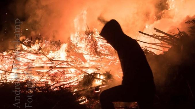 Osterfeuer in Angelmodde am Ostersonntag 2018.: Silhouette vor dem Feuer.