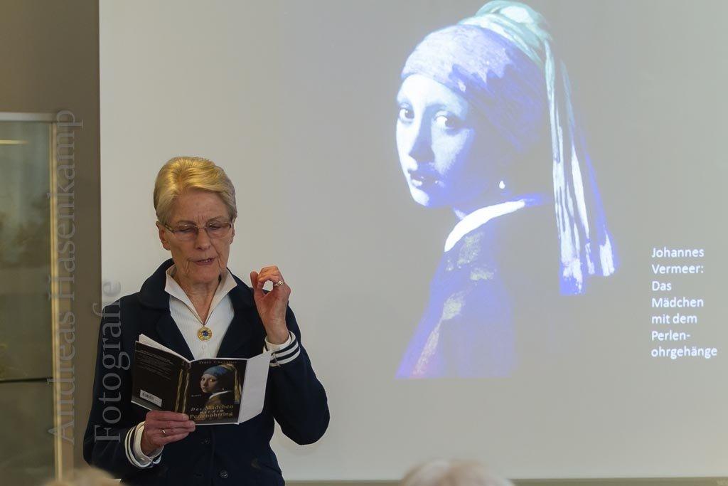 """Monika Nessau liest aus Tracy Chevaliers """"Das Mädchen mit dem Perlenohrgehänge"""". Foto: A. Hasenkamp, Fotograf in Münster."""