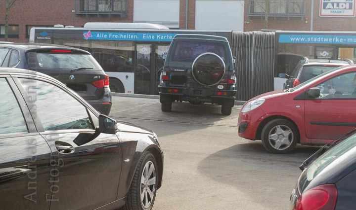 Parkplatz-Lauerstellung und Schrägparker – es wird eng am Eröffnungstag. Foto: A. Hasenkamp, Fotograf in Münster.