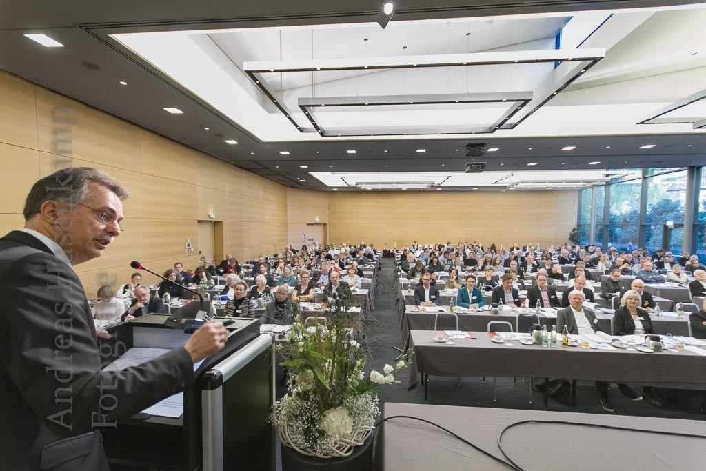 Ernst Uhing, Präsident der AKNW, spricht zu den Vertretern von 31.000 Architekten in NRW. Foto: A. Hasenkamp, Fotograf in Münster.