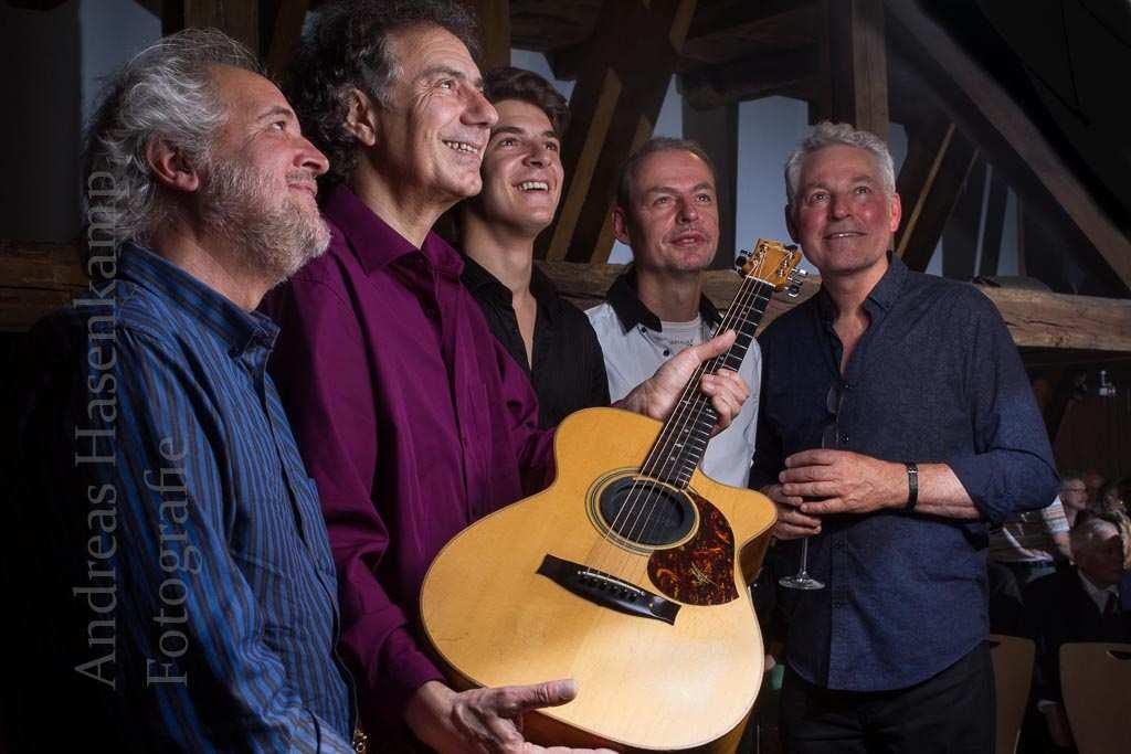 Mit einer Gitarre vom anderen Ende der Welt: Carlos Dorado, Pierre Bensusan, Lucas Dorado, Buck Wolters und Michael Fix. Foto: A. Hasenkamp, Fotograf in Münster.