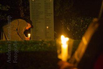 Für jeden der deportierten und ermordeten jüdischen Wolbecker stellen die Teilnehmer der Erinnerung an die Pogrom-Nacht eine Grabkerze auf. Foto: A. Hasenkamp, Fotograf in Münster.