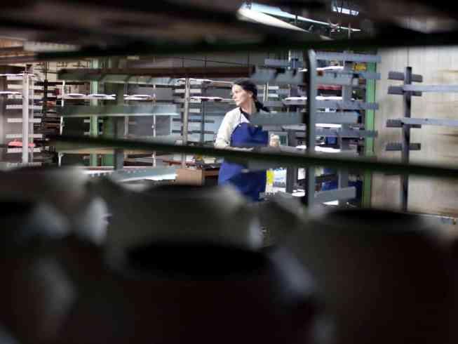 Unternehmensfotografie, Industriebetrieb Emailgeschirr, Menschen während der Arbeit