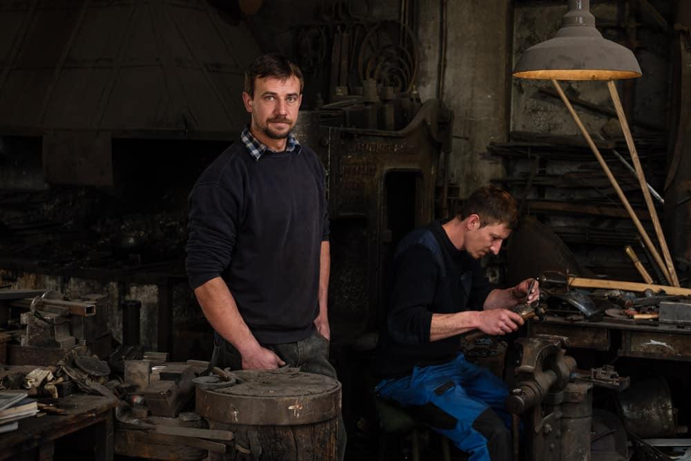 Portrait von den beiden Schmidbergers. Harnische & Helme werden für die Päpstlichen Schweizergarde produziert. © Wolfgang Lehner