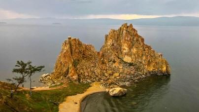 am heiligen Schamanenfelsen auf der Insel Olchon
