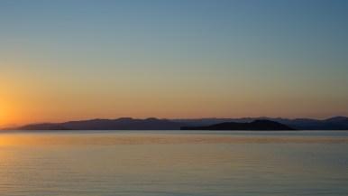 in der Sandbucht am Kleinen Meer - Blick auf Olchon - kurz nach Sonnenaufgang