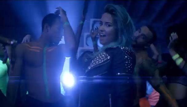 Деми Ловато выпустила новое видео Neon Lights