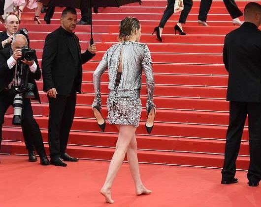 Кристен Стюарт разулась на красной ковровой дорожке в Каннах